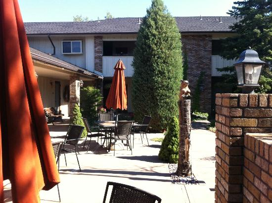 Lookout Inn GuestHouse &amp; Suites: Courtyard at the Lookout Inn