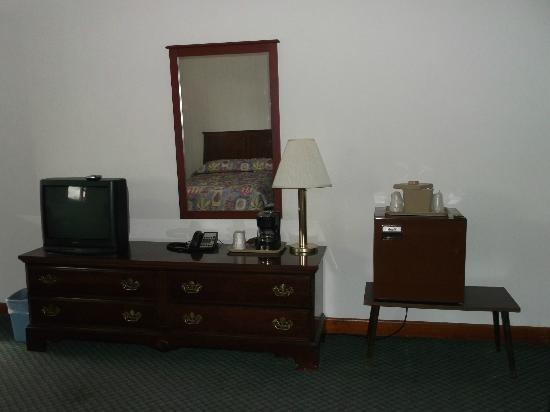 Gorham Motor Inn: TV, Cable, and mini frig