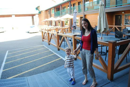 BEST WESTERN PLUS Hartford Lodge: Mom and son getting some fresh air!