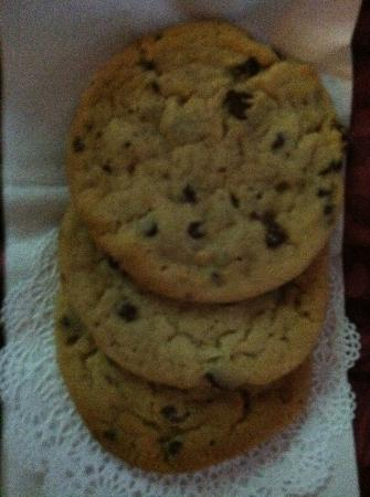 Inn on Mackinac: Warm cookies every night!