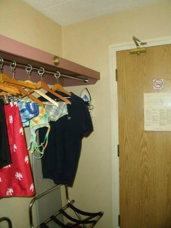 Comfort Inn & Suites: Lots of hangers