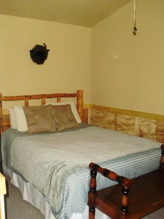 McKinley Creekside Cabins: Queen size bed, pretty comfortable