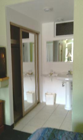 King Frederik Inn: sink and counter outside the bathroom