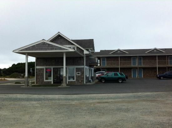 Table Rock Motel: Registration & Other rooms - Note: Ocean is to the Right (no view for those guests either)