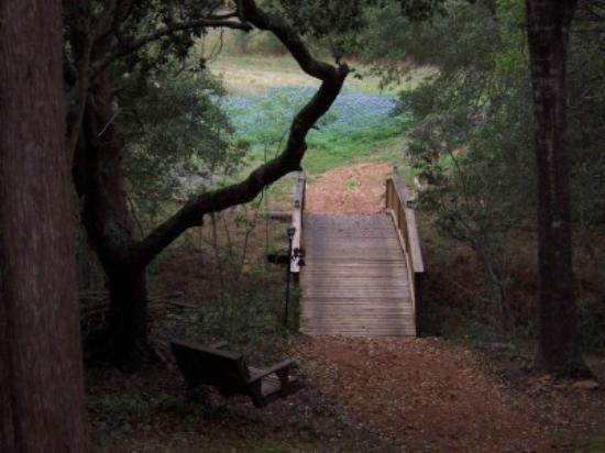 Trails West Retreat: Bridge that crosses over creek
