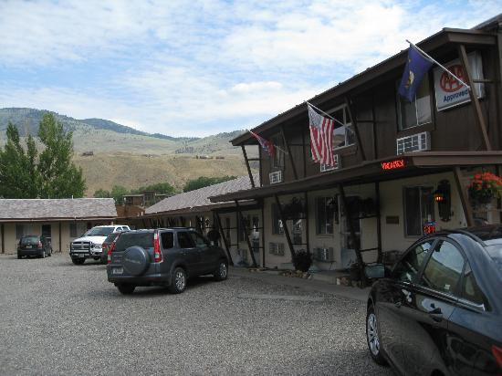 Yellowstone River Motel: motel, looking towards yellowstone