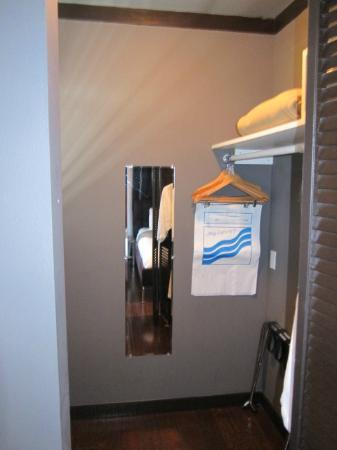 Metropole Apartments: Closet
