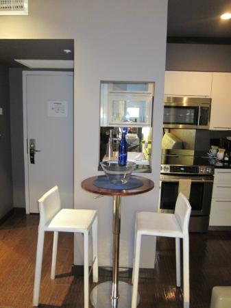Metropole Apartments: Dining table
