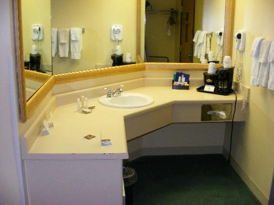 Baymont Inn &amp; Suites Springfield: Vanity area