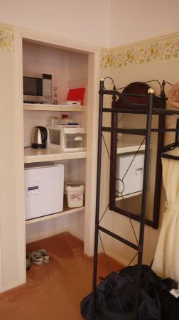 Amber Lodge Bed and Breakfast: mini refrigerator, microwave oven, electric kettle & coffee/tea