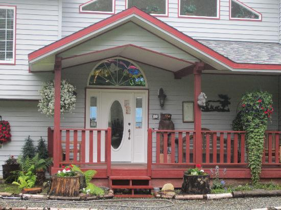 Alaska's Harvest B&B: welcome to the front entry