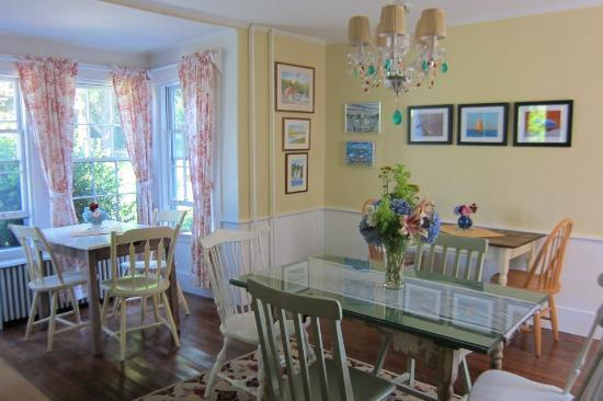 Honeysuckle Hill: Cozy dining room