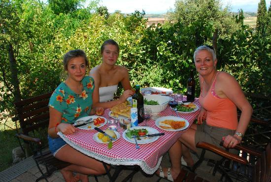 Podere San Luigi: lunch in the garden