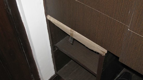 Amar Inn Hotel: Cupboard- Wonder what's coming out !