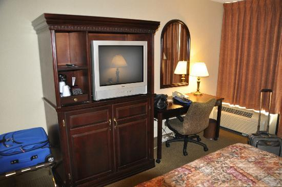 Drury Inn & Suites Memphis Northeast: Bedroom with old tube type TV
