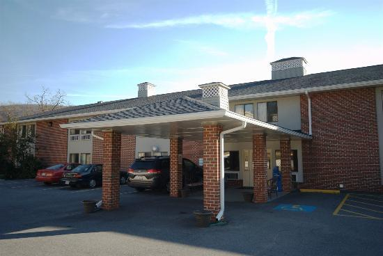 Econo Lodge Harpers Ferry: Hotel Entrance