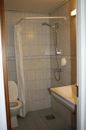 BEST WESTERN West Hotel: Typical shower - seemed to be similar configuration all over Norway.