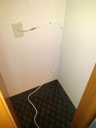 Quality Inn & Suites Seattle: Cable dangling in the tiny closet