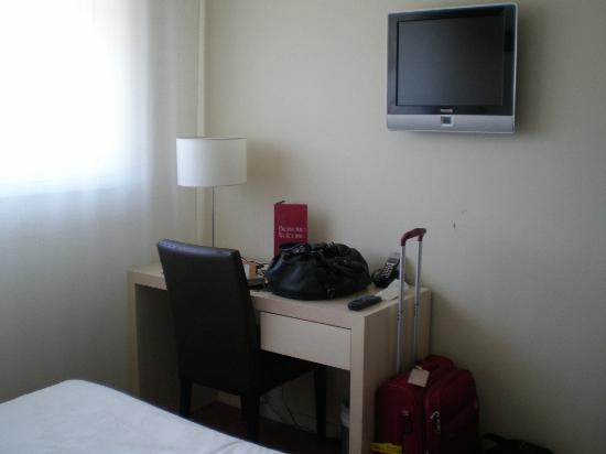 Park &amp; Suites Elegance Montpellier Ovalie: only one chair so if there&#39;s two of you to eat, the other one eat on the bed or standing