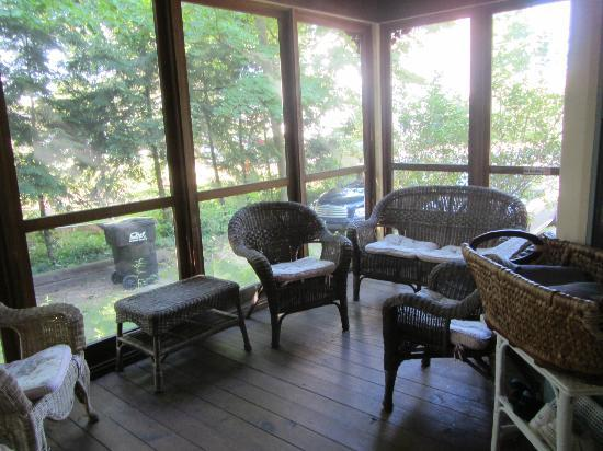 Twin Oaks Inn: side screened in porch