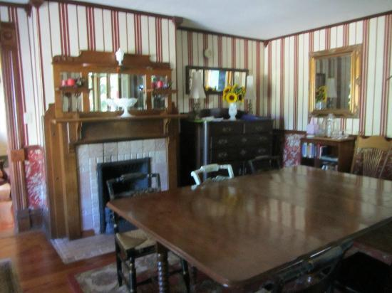 Twin Oaks Inn: dining room