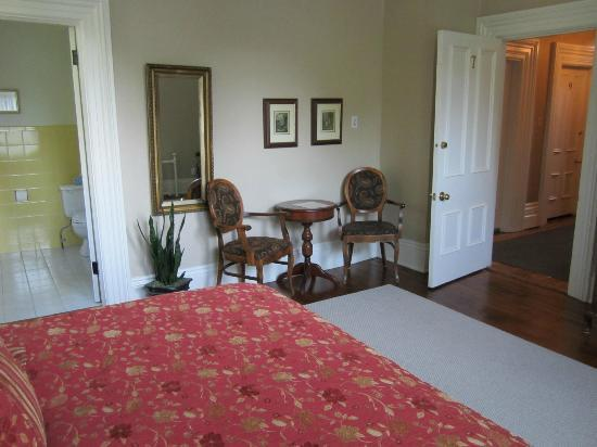 Victoria Rose Inn: Room 7 with a cute sitting area