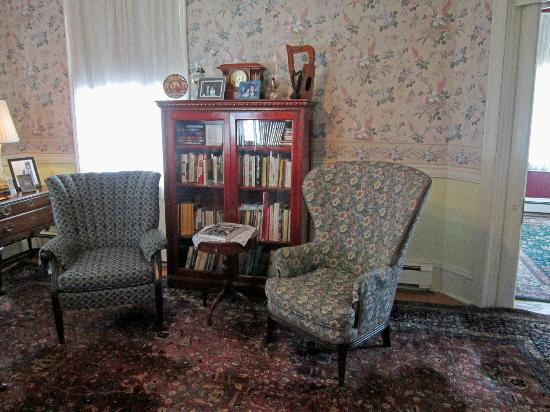 Victorian Lace Inn: Living Room