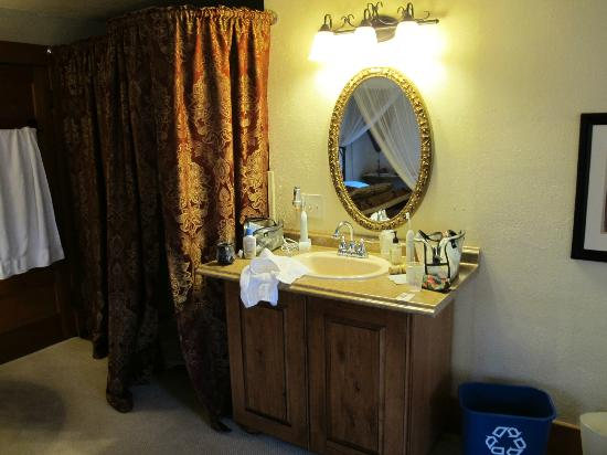 Avenue Hotel Bed and Breakfast: The lavatory and mirror in our room.