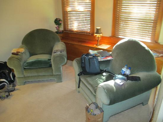 Avenue Hotel Bed and Breakfast: Our comfortable pair of big reading chairs in our room.