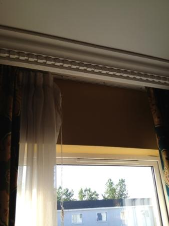 Clanree Hotel: net curtains hanging of walls
