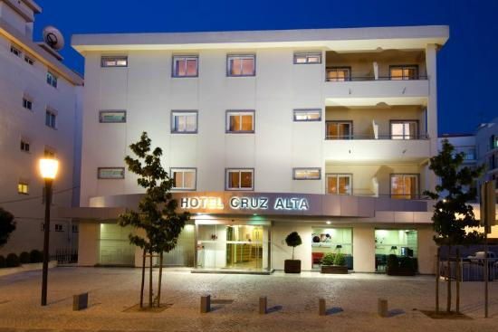 Hotel Cruz Alta: Hotel facade by night