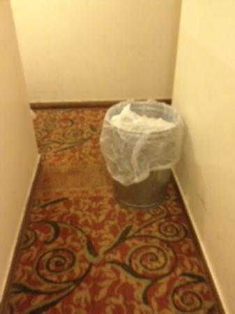 Chinatown Hotel: Hallway next to my room!