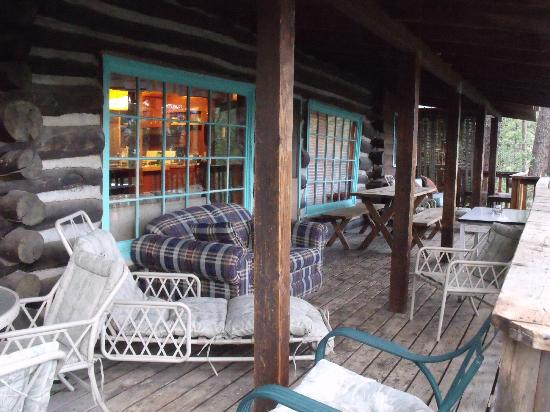 Pine River Lodge: Comfortable wrap around porch