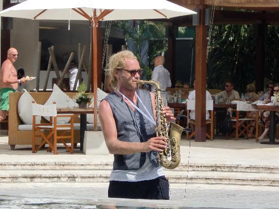 Nikki Beach Bungalow Resort: The very talented musician