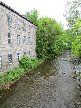 Jackson House Inn: The stream in the centre of town