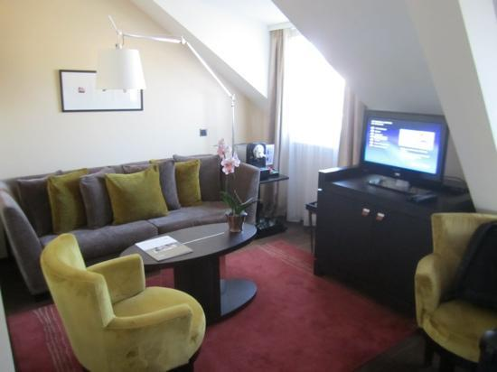 Eastwest Hotel: Jr Suite sitting area