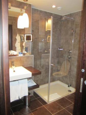 Eastwest Hotel: Spacious Bathroom