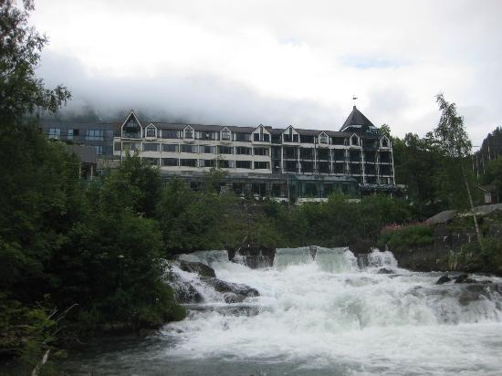 Hotel Union Geiranger: A view of the hotel, while walking down to the harbor.
