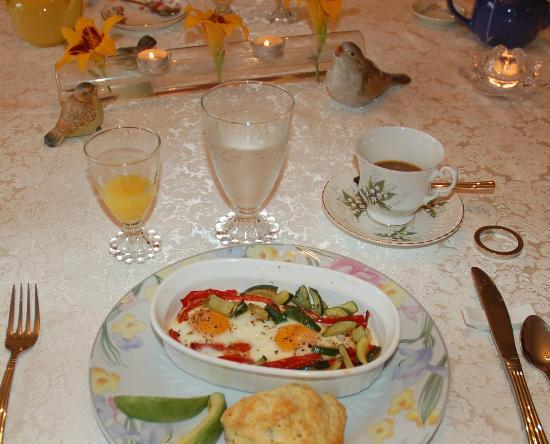 Birmingham Manor Bed and Breakfast: Scrumptious brunch chez Elena & Dom!