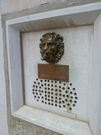 Arco Antico Guest House: Outside door bell - find this!