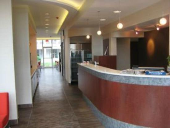 Ramada Inn & Suites of Rockville Centre: front desk