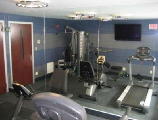 Ramada Inn & Suites of Rockville Centre: gym