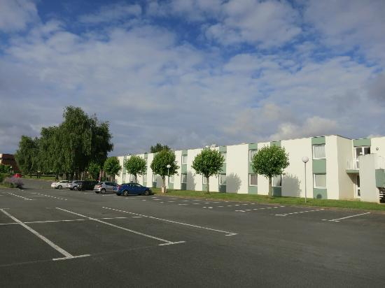 Mercure Caen Cote de Nacre : Parking y Hotel
