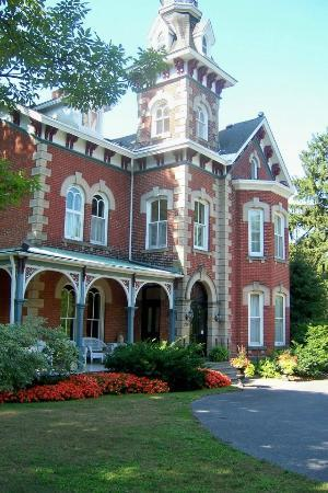 "Victoria Rose Inn: VRI is a pleasant shady 5-min walk from ""downtown"" Gananoque and the riverfront."