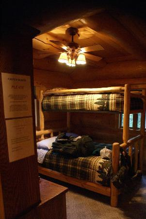 Bob's Cabin & Guide Service: Clean and comfy room