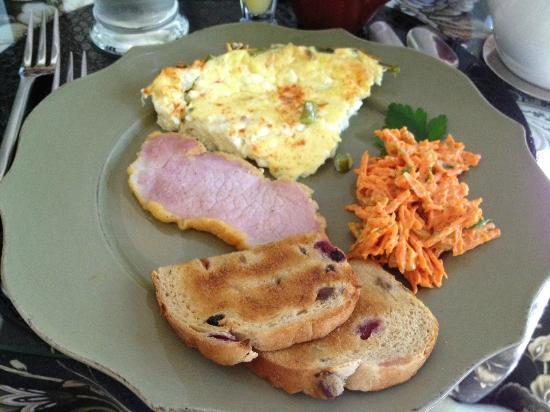 Two Bees Bed & Breakfast: Savory quiche & carrot w/peanut butter side. Yummy!