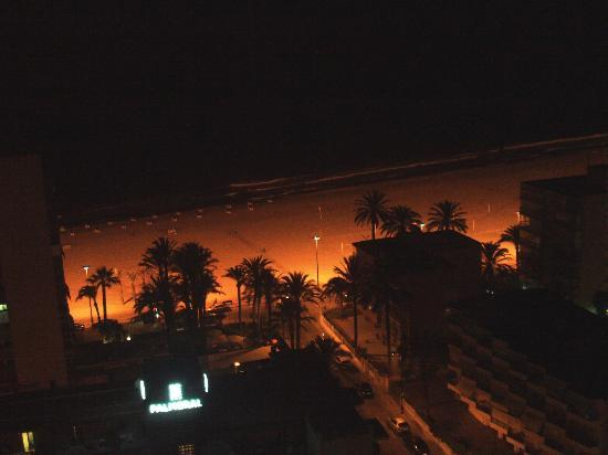 El Faro Aparthotel: View of beach from balcony at night