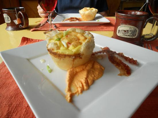 Bear Mountain Lodge: Breakfast selection - egg souffle in puff pastry with red pepper sauce - yumm!