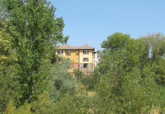 Holiday Inn Express El Dorado Hills Hotel: The hotel fronts on a small lake and nature preserve.