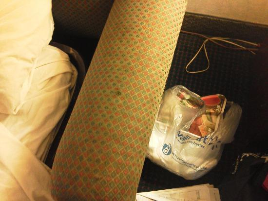 Days Inn St Louis North Airport: Stains on Furniture